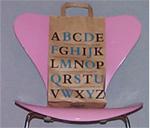 Tüte auf Stuhl